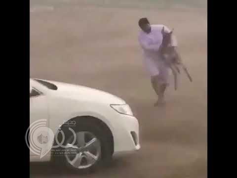 فيديو طريف.. شاهد شاب يحمل حمارًا ويجري به هرباً من مياه الأمطار