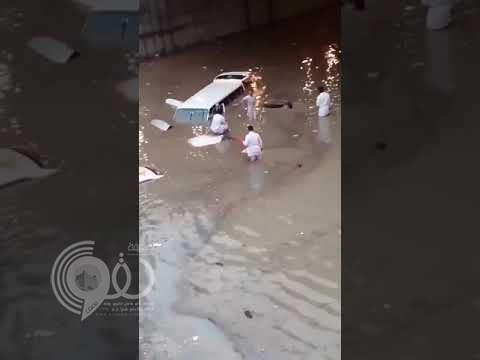 """شاهد بالفيدو .. غرق السيارات داخل نفق """"ديراب"""" بسبب الأمطار الغزيرة على الرياض"""