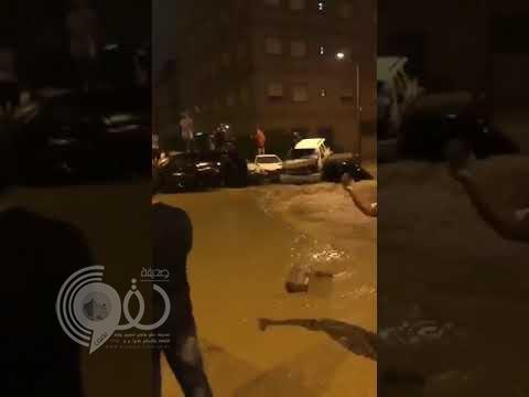 بالفيديو.. السيول الشديدة تجرف السيارات وتغرق الشوارع بالكويت