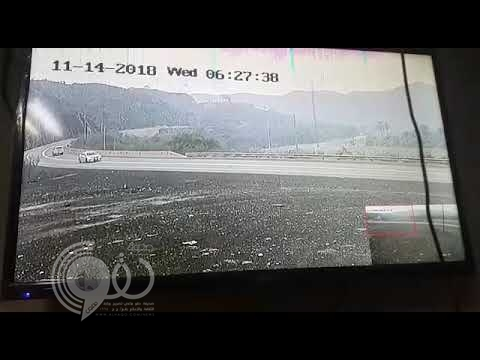 بالفيديو.. كاميرا مراقبة ترصد حادثاً مرورياً يصيب طالبتين وقائد مركبة بالعيدابي