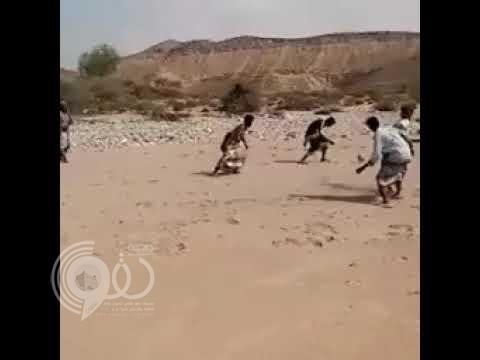 سابقة لأول مرة في الملاعب.. شاهد حكم يمني يطلق الرصاص بدلاً عن الصافرة في مباراة كرة قدم