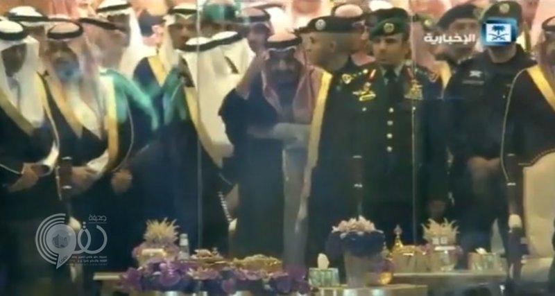 شاهد .. الملك سلمان يؤدي العرضة خلال حفل استقباله بالقصيم