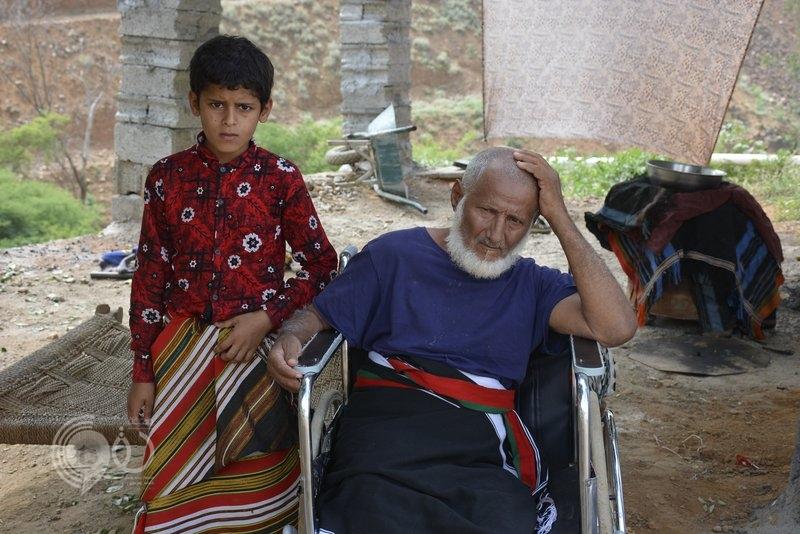شاهد.. مأساة أسرة مكبّلة بسلاسل 35 عاماً معزولة بغرفة طينية في جبل بهروب جازان