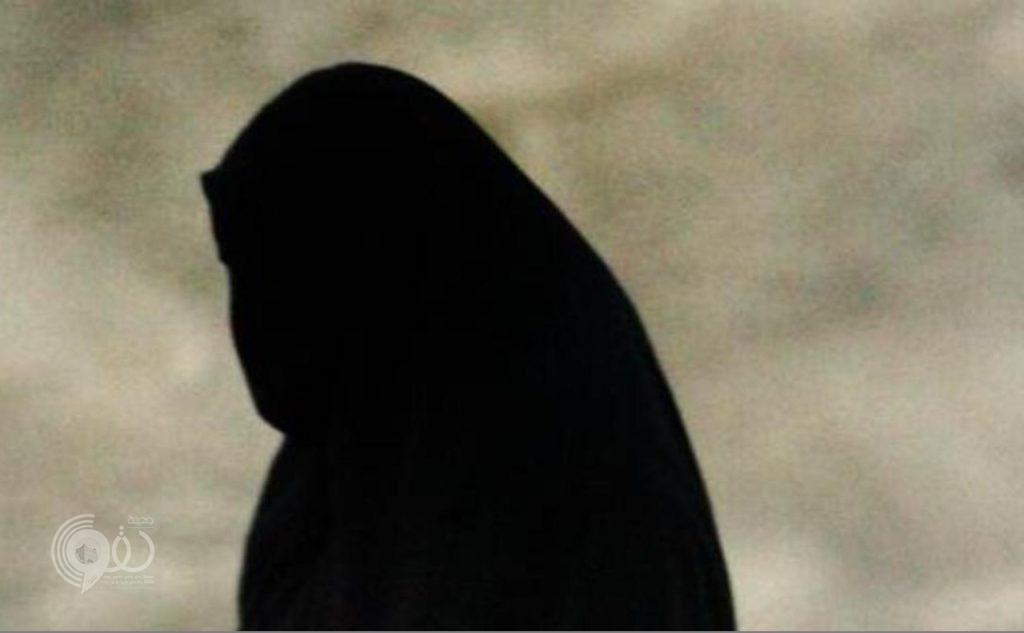 """أمام مرأى الجميع.. والدة طالب تعتدي على معلم بالضرب والسب بـ""""الرياض""""!"""