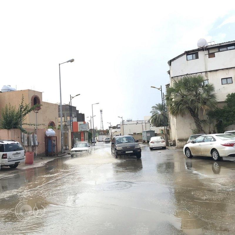 """شاهد بالفيديو والصور.. السيول تدهم """"مسلية"""" وشوارع """"بيش"""" تغرق بمياه الأمطار"""