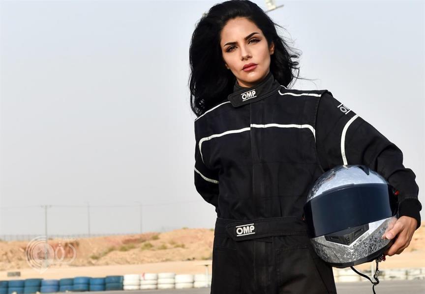"""شاهد.. سعودية تمارس """"التفحيط"""" وسباقات السيارات في الرياض وتسعى إلى تشكيل فريق نسائي"""