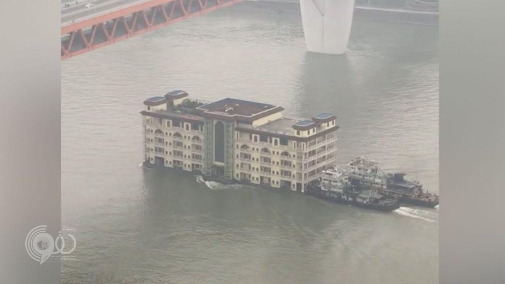 بالفيديو.. مبنى من 5 طوابق يطفو فوق نهر بالصين