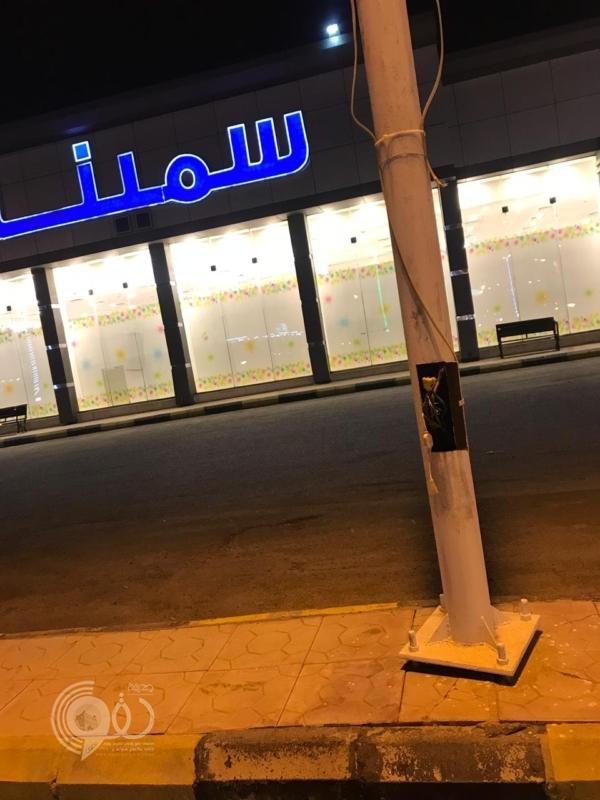 شاهد.. أعمدة إنارة مكشوفة تهدد حياة المارة في أبوعريش