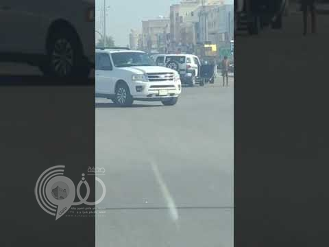 شاهد بالفيديو.. لحظة سقوط رجل أمن من سيارة مرور أثناء سيرها !
