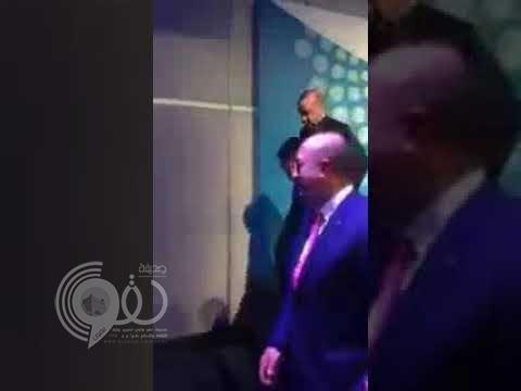 شاهد بالفيديو.. لحظة سقوط أردوغان من على المنصة في قمة العشرين
