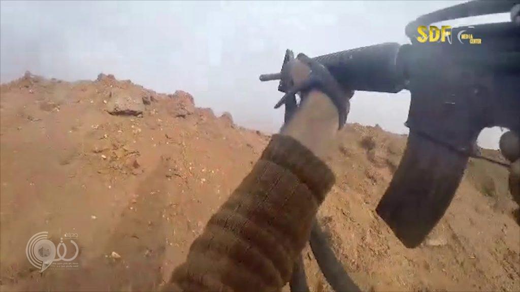 شاهد بالفيديو .. عناصر داعش يتركون قائدهم يُلاقي مصرعه في المعركة بدير الزور