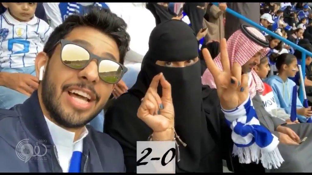 """فيديو لمشجعة هلالية """"صماء"""" مع ابنها في مدرجات مباراة الهلال والحزم يحظى بتداول واسع"""