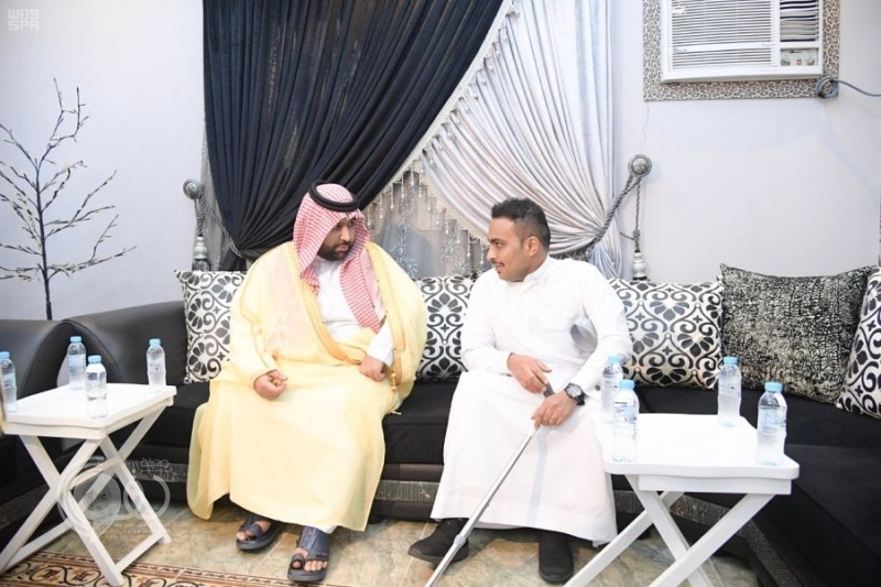 نائب أمير جازان يزور المصابين حمادي وحكمي.. صور
