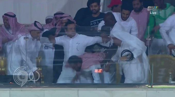بالفيديو.. رئيس الوحدة يتعرض للإغماء عقب تسجيل فريقه هدف الفوز على الأهلي بالوقت الضائع