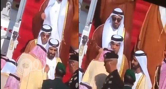 بالفيديو.. هذا ما قام به الشيخ منصور بن زايد أمام الملك سلمان وأشاد به الآلاف