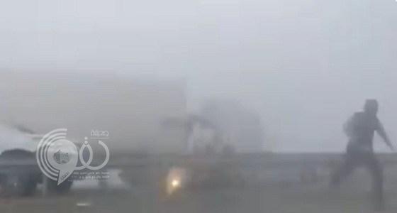 بالفيديو.. مشهد مروع لشاحنة تدهس سيارة فجأة.. وكراني يحذر من القيادة وقت الضباب