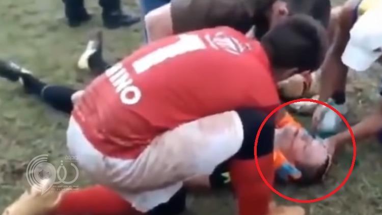 شاهد.. لاعب أرجنتيني كاد أن يقتل الحكم بعد أن أشهر بوجهه البطاقة الحمراء
