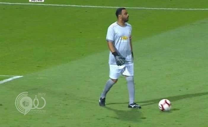 """حارس مرمى النعيرية يثير الاستغراب بارتدائه قميص """"مانشستر يوناتيد"""" في مباراة رسمية"""