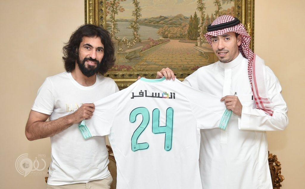 """""""الفتى الذهبي يعود لبيته"""".. شاهد.. حسين عبد الغني يظهر بقميص الأهلي مجددا.. و""""أحد"""" يعلق"""