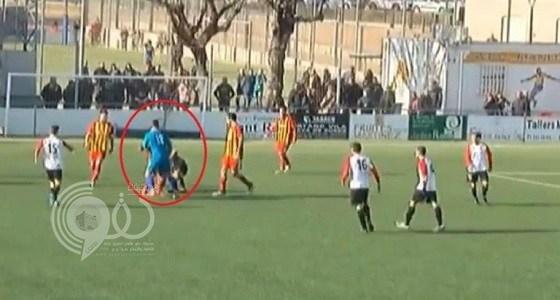 بالفيديو.. حارس مرمى يعتدي على حكم مباراة لهذا السبب