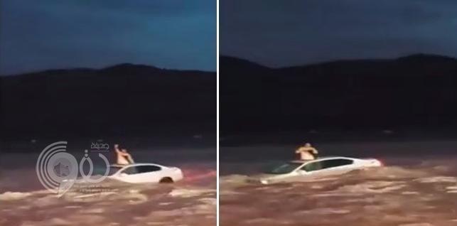 شاهد.. سيارة تبحر في سيول تبوك وبداخلها شاب .. وصدفة تنقذه من الموت !
