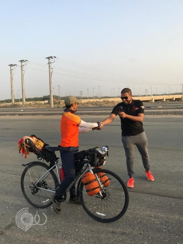 الرحالة الزهراني يقطع 2500 كم من الأردن إلى جازان حاملاً معه رسالة.. صور
