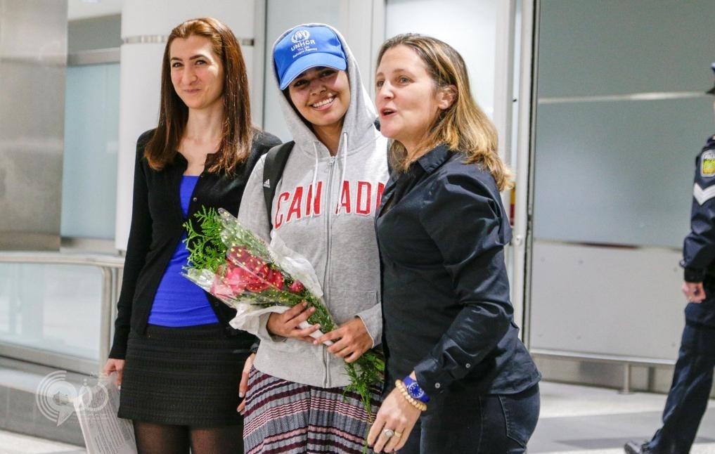"""شاهد: أول فيديو للفتاة """"رهف"""" الهاربة من أسرتها لحظة وصولها مطار تورونتو .. ووزيرة خارجية كندا تستقبلها"""
