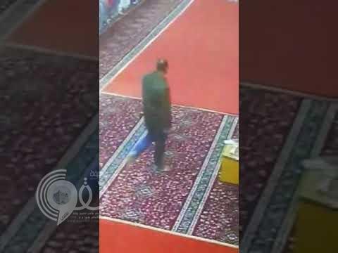 شاهد بالفيديو.. لحظة وفاة عامل في مسجد بالرياض