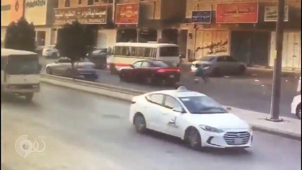 شاهد .. دهس طفل أمام عيني والدته بحي الندوة بالرياض وسائق السيارة يلوذ بالفرار !