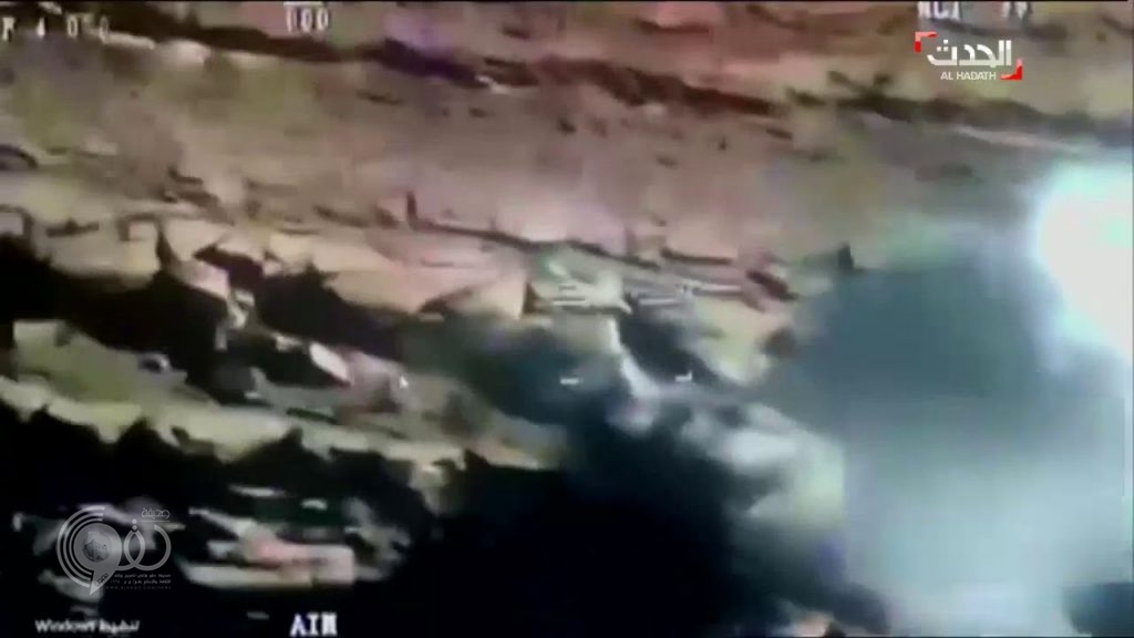 """شاهد: لحظة هروب عناصر حوثية من داخل""""كهف"""" بعدما علموا بطيران التحالف اقترب منهم !"""