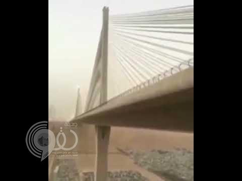 شاهد بالفيديو.. شاب ينتحر بإلقاء نفسه من أعلى الجسر المعلق بالرياض!
