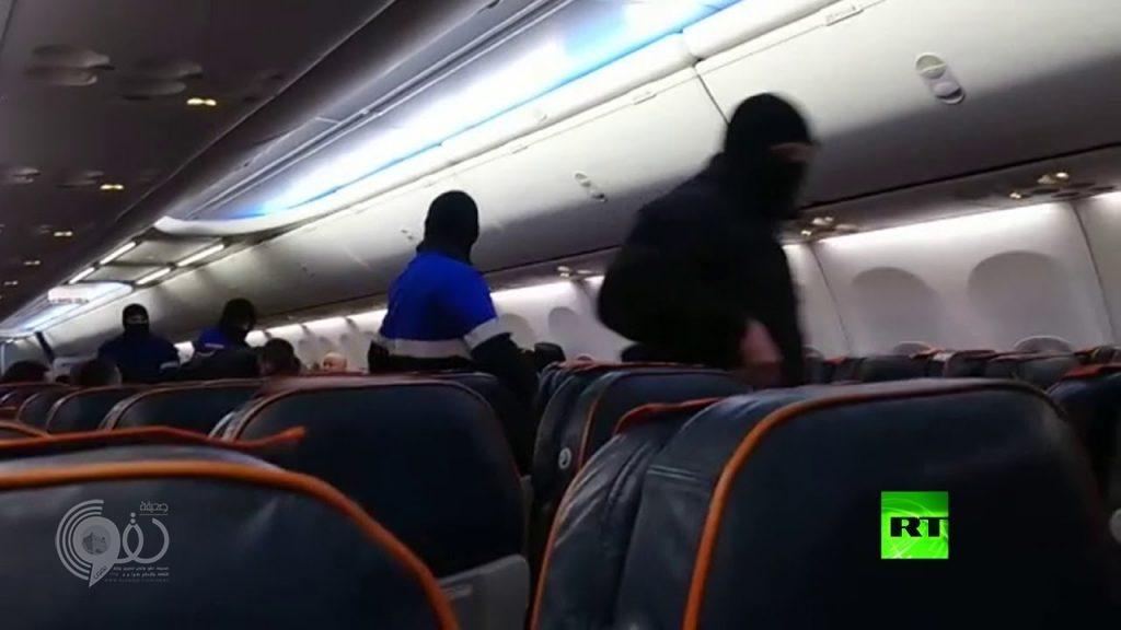 شاهد .. أول فيديو لحظة اعتقال خاطف الطائرة الروسية