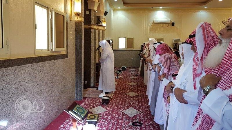 شاهد بالفيديو والصور.. إمام الحرم يرتل القرآن ويؤم المصلين في آخر نقطة بالحد الجنوبي بجازان