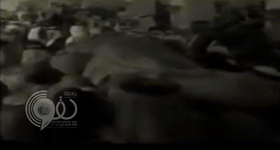 فيديو نادر لإعلان وفاة الملك خالد ولقطات من دفنه وتأثر وبكاء الملك فهد لحظة إلقاء خطاب