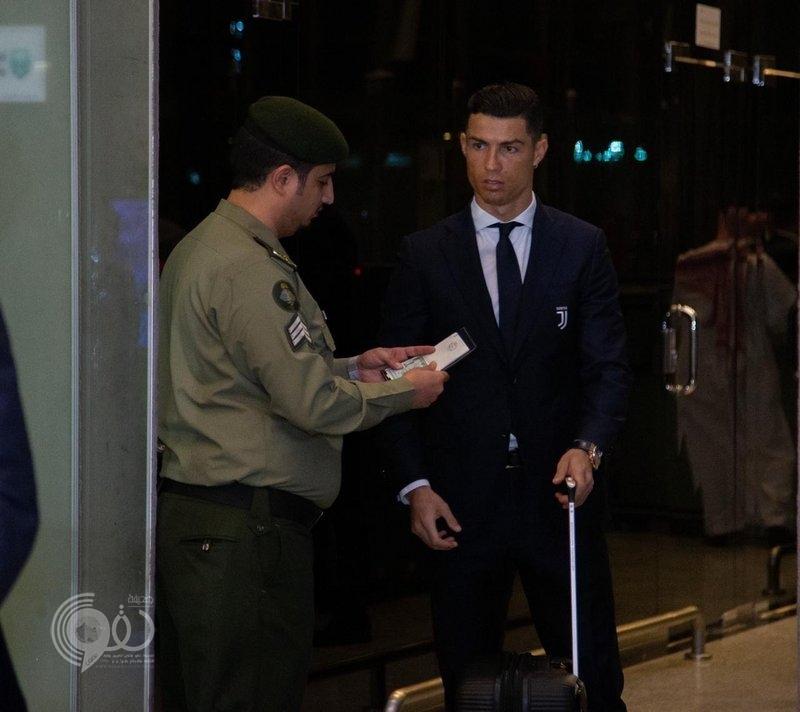"""صورة موظف جوازات سعودي تثير الإعجاب.. النظام يُطبق على الجميع حتى """"رونالدو"""""""