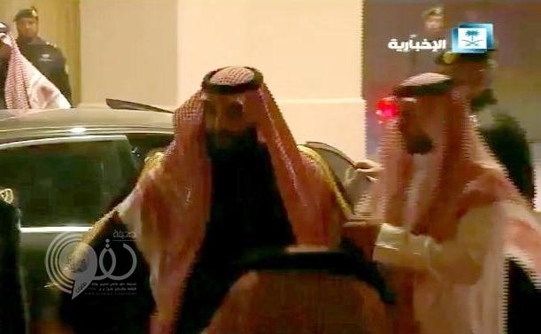 """بالفيديو .. شاهد ردة فعل ولي العهد لحظة استقبال أمير الرياض له بدون """"بشت"""""""