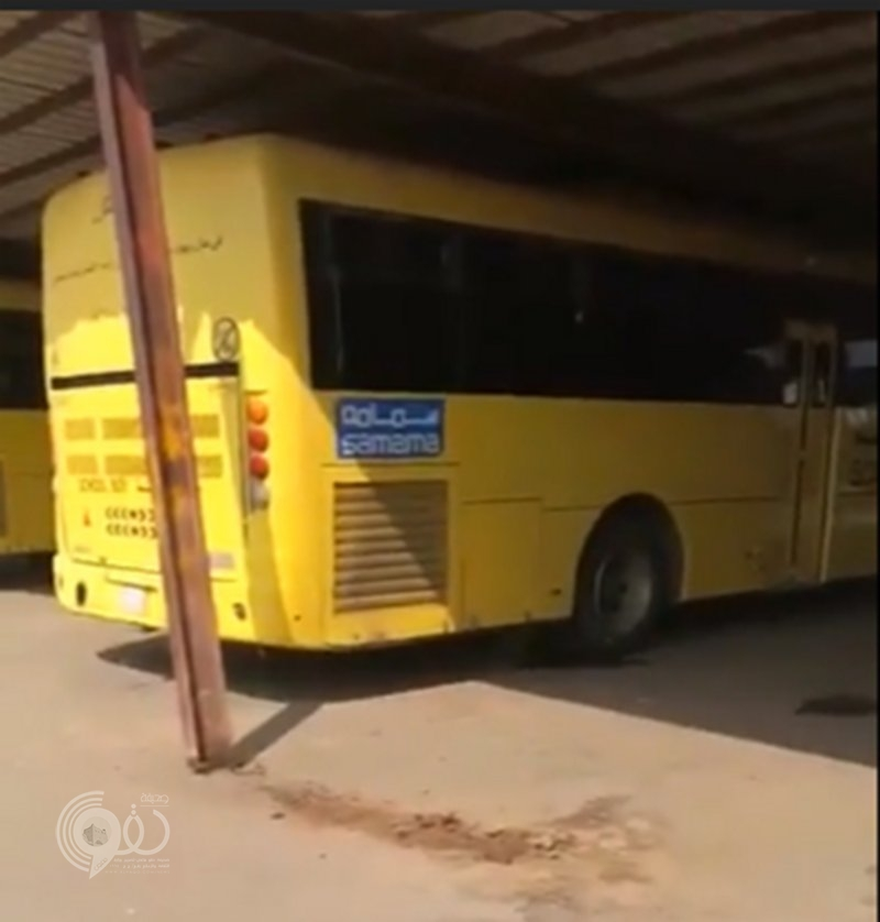 """بالفيديو .. محاولة إزالة تعديات بسوق صبيا القديم تُسقط """"هنجر"""" على باصات النقل"""