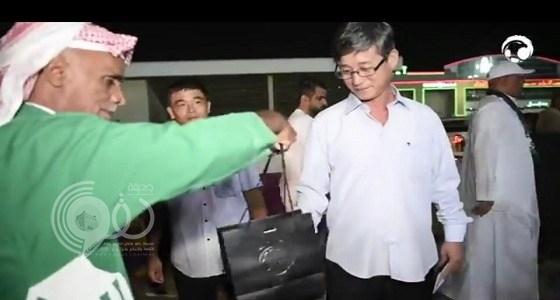 بالفيديو… الجمهور السعودي يقدم هدايا خاصة لجماهير كوريا الشمالية