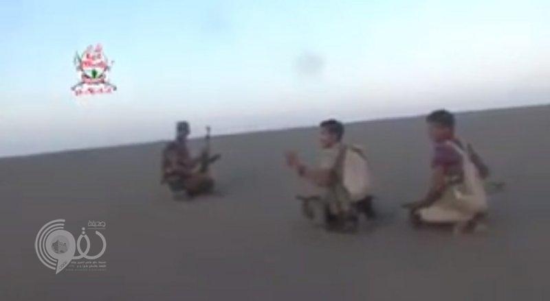 شاهد.. لحظة استهداف مصوِّر قناة المسيرة الحوثية بإحدى جبهات اليمن