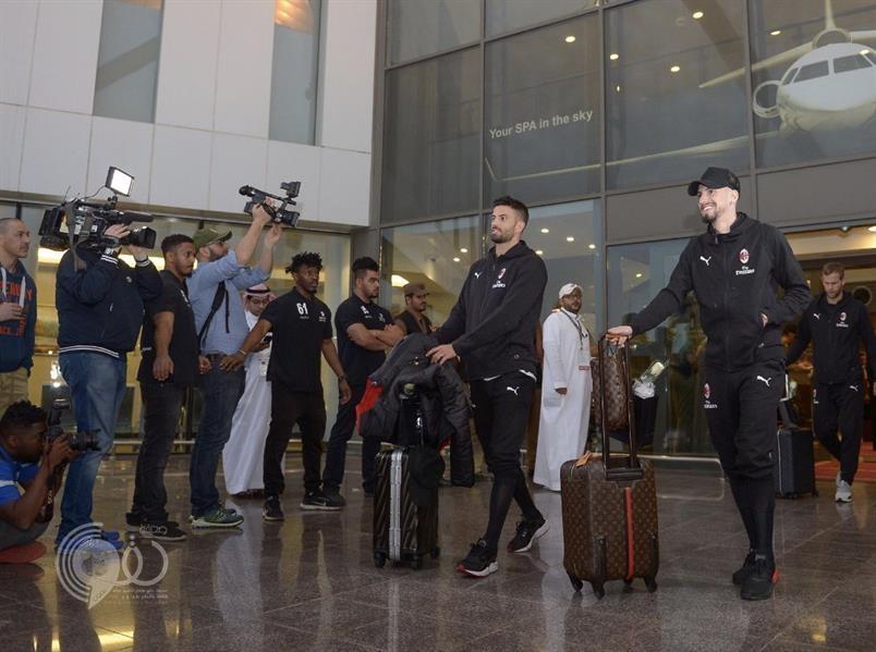 """بالصور.. وصول لاعبي نادي """"إي سي ميلان"""" إلى مطار الملك عبدالعزيز بجدة"""