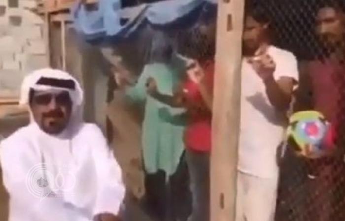فيديو لإماراتي يحبس هنوداً في قفص لإجبارهم على تشجيع منتخب بلاده.. والنيابة تأمر بضبطه وإحضاره