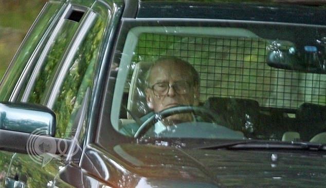 بعد يومين من انقلاب سيارته في حـادث.. الأمير فيليب يتجول بسيارة جديدة