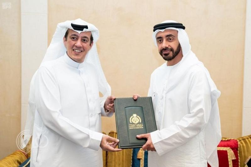 عبدالله بن زايد يتسلم نسخة من أوراق اعتماد تركي الدخيل سفيرًا للمملكة لدى الإمارات