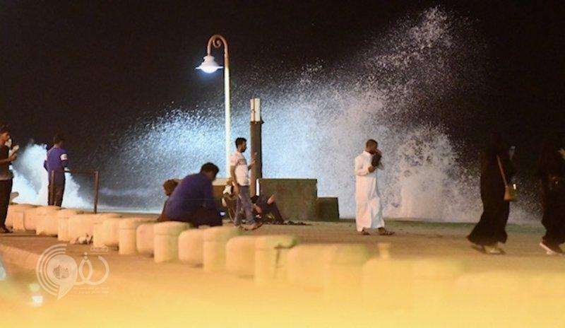 منع السباحة بشواطئ جازان عقب ارتفاع الأمواج فجراً.. صور
