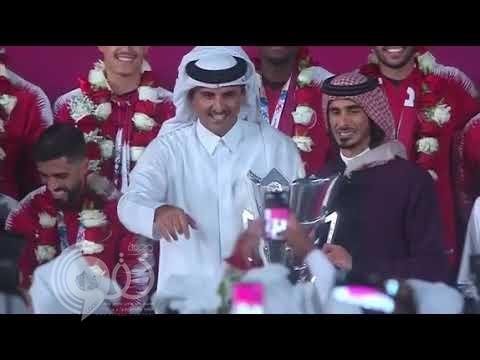 """شاهد بالفيديو.. أمير قطر """"يهين"""" قائد المنتخب لأجل أخيه"""