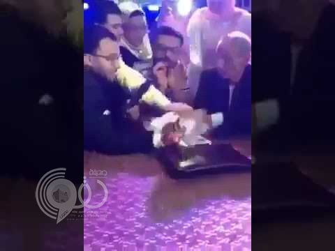 بالفيديو.. مأذون يتعرض للضرب في حفل زفاف بسبب منديل الفرح