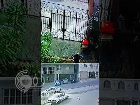 """شاهد بالفيديو.. لص يتسلق منزل مواطن بمكة في عز الظهر والرعب """"سمّر"""" العائلة"""