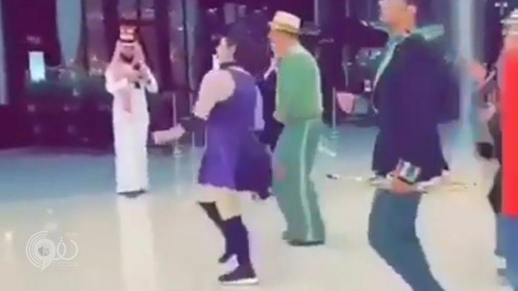 """شاهد .. فرقة موسيقية وراقصة في """"الياسمين مول"""" بجدة"""
