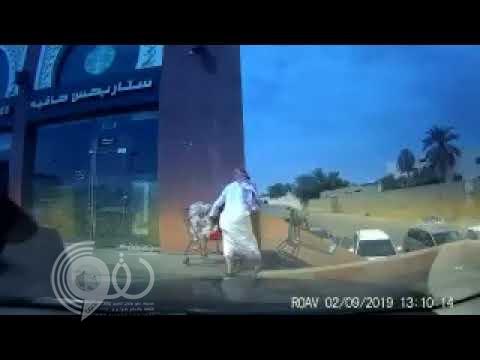 """شاهد .. فيديو صادم لعربة تسوق تتحرك باتجاه درج وبداخلها طفل تركته والدته أمام """"كافيه"""" بالمملكة"""