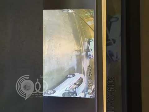 """شاهد: لص """"جريء """"يسرق سيارة تركها صاحبها في وضعية التشغيل وبداخلها امرأة!"""